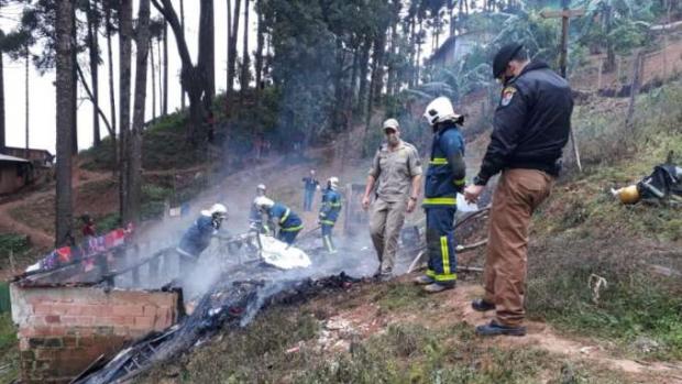 Homem coloca fogo em casa com mulher e duas filhas; a de dois anos não escapou