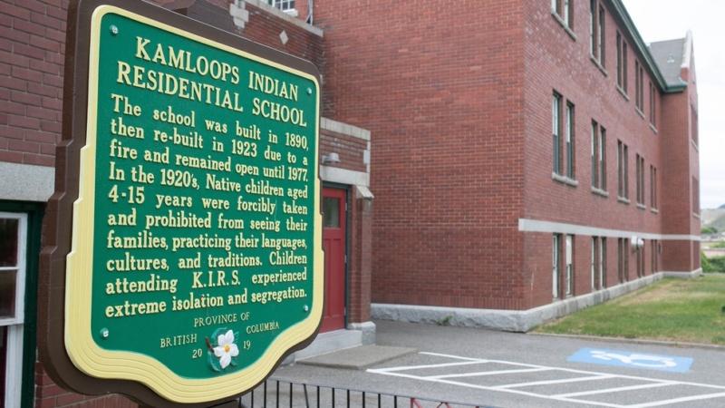 Restos mortais de 215 crianças são encontrados no local de antigo internato no Canadá