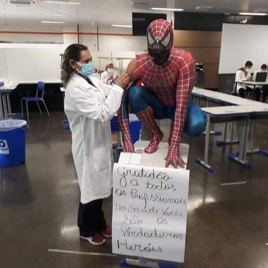 """""""Homem Aranha"""" toma a 1ª dose da vacina contra a Covid – 19 em Maringá e deixa recado"""