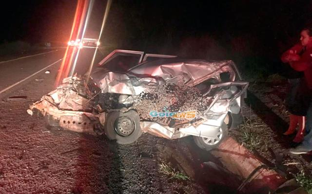 Idoso morre ao bater veículo em caminhão